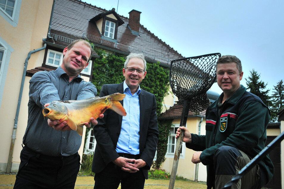Drei, die das Fisch- und Waldfest wesentlich mitorganisieren (von links nach rechts): Teichfischer Henry Lindner, Norbert Rogge (Privatbrauerei Meißner Schwerter) und Revierförster Marko Groß.