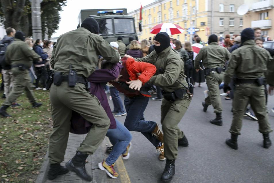 Polizisten nehmen in Minsk Unterstützer der Oppositionspolitikerin Kolesnikowa bei einer Demonstration fest.