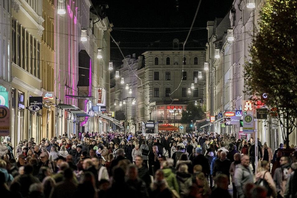 Heute noch unvorstellbar, Gedränge auf der Berliner Straße: So sah der Lichterglanz aus.