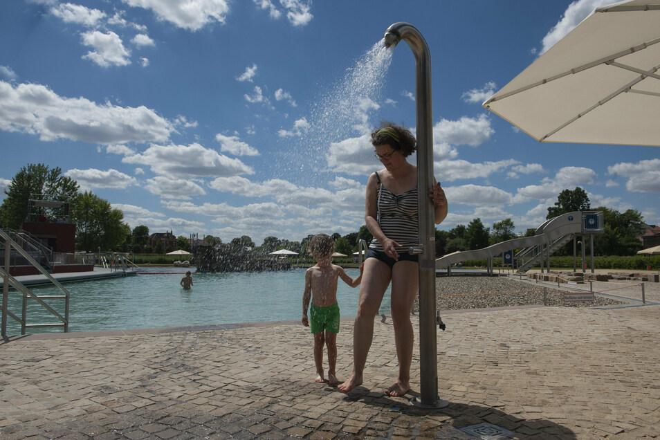 Das Großenhainer Naturerlebnisbad ist derzeit gut besucht. Auch Lisa und Oskar Mattheus genießen die Anlage. Aber was ist bei schlechtem Wetter?