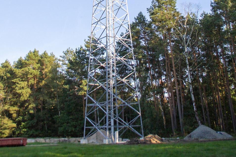 Um die 50 Meter reckt sich dieser Gittermast in die Höhe. Er steht in der Nachbarschaft des Tornoer Teiches und soll in Zukunft die Mobilfunkversorgung in Lauta und Umgebung verbessern. Bis zur Inbetriebnahme dauert es aber noch.