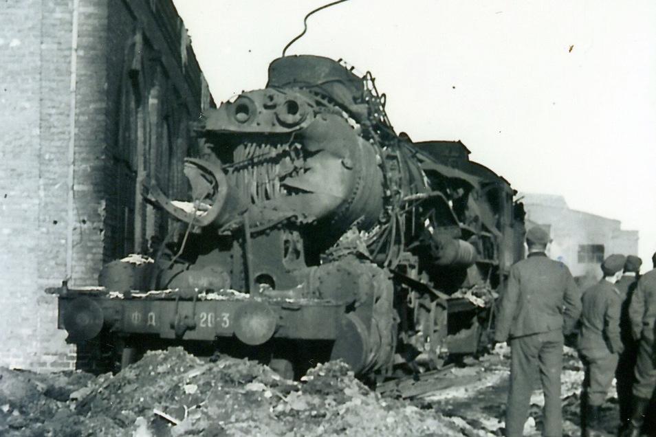 Spuren des Kampfes: Diese Lokomotive haben polnische Soldaten lieber gesprengt als sie den Deutschen zu überlassen.