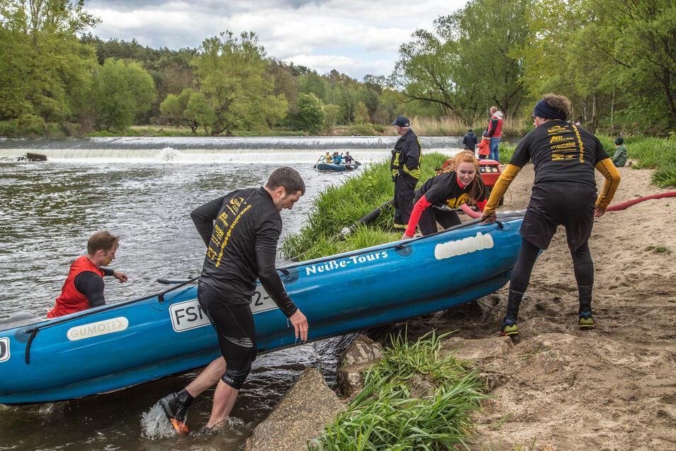 Zu Wasser und zu Lande müssen sich die Frauen und Männer bei den einzelnen Läufen bewähren. Teamarbeit bringt ihnen dabei Zeitvorteile.