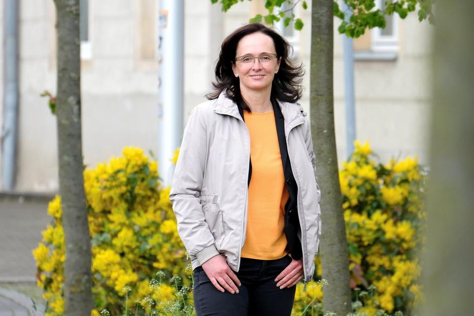 Janet Putz vorm Landratsamt Meißen. Das Amt hat nach vielen Jahren des Personalabbaus noch 1.300 Mitarbeiter.
