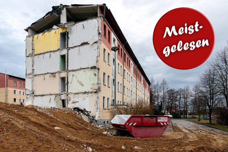 Am Lärchenweg in Großdrebnitz hat der Abriss eines Wohnblockes begonnen, der bereits bis Jahresende 2015 leergezogen wurde. Momentan ruhen hier die Arbeiten. Das Landratsamt verfügte einen Baustopp, weil Fledermäuse den Dachboden im Sommer nutz(t)en.