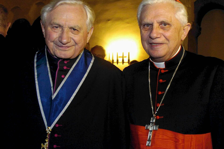Der frühere Regensburger Domkapellmeister Georg Ratzinger (l) steht 2004 an seinem 80. Geburtstag neben seinem Bruder, Kardinal Joseph Ratzinger, dem späteren Papst Benedikt XVI.