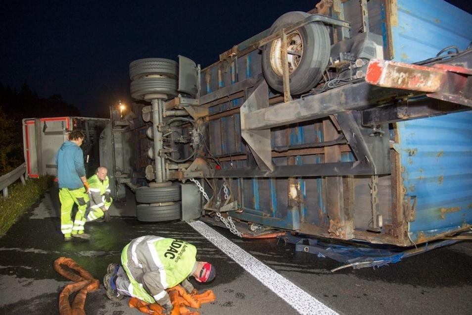 Beim Umkippen des Gespanns wurde der Hänger abgerissen, und er überholte die Zugmaschine.