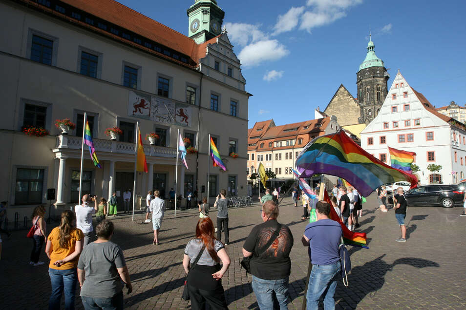 Vor dem Pirnaer Rathaus wehen wieder die Regenbogenflagge und die Transgender-Flagge.