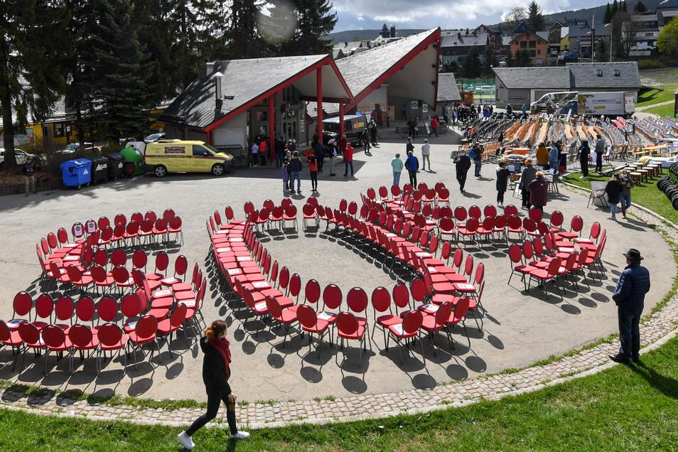 Die roten Stühle an der Freilichtbühne von Oberwiesenthal ergeben den Notruf der Hotel- und Gaststättenbetreiber in Sachsen.