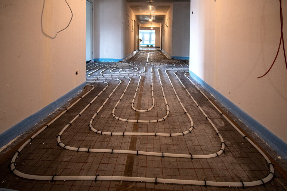Im hinteren Bereich des Hauses werden derzeit die Fußbodenheizungen verlegt.