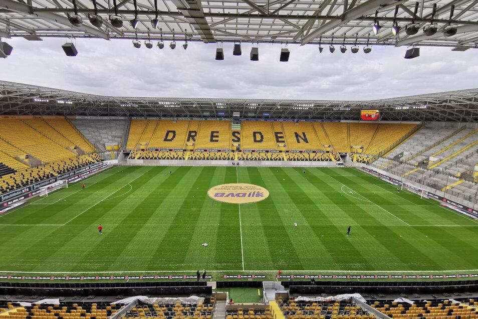Der Rasen im Rudolf-Harbig-Stadion scheint in einem hervorragenden Zustand zu sein.