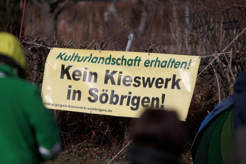 Während einer Kundgebung im Frühjahr haben Menschen gegen den Kiesabbau in Söbrigen demonstriert.
