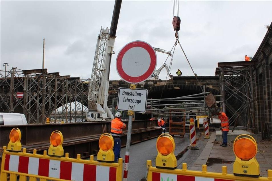 Stück für Stück entsteht so die Behelfsbrücke, die auf Altstadtseite für Fußgänger und Radfahrer vorübergehend der Zugang zur Augustusbrücke sein wird.