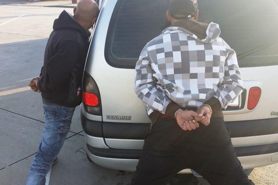 28 Menschen wollten die Serben in zwei kleinen Vans über die Grenze schleusen. Doch die Bundespolizei stoppte die Autos. Die Serben wurden verhaftet. Nun standen sie vor Gericht.
