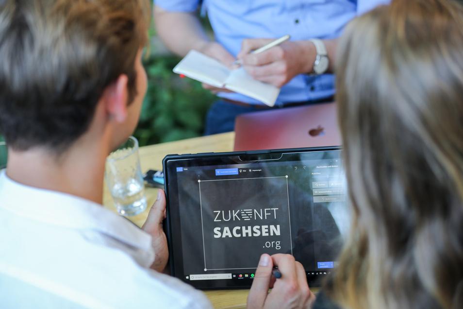 """Das Bündnis """"Zukunft Sachsen"""" besteht eigenen Angaben zufolge aus Kollegen und Freunden aus Dresden und Leipzig, """"die nicht von der AfD regiert werden wollen"""". Die Initiative will Wahlberechtigte über Möglichkeiten zum """"taktischen Wählen"""" informieren."""