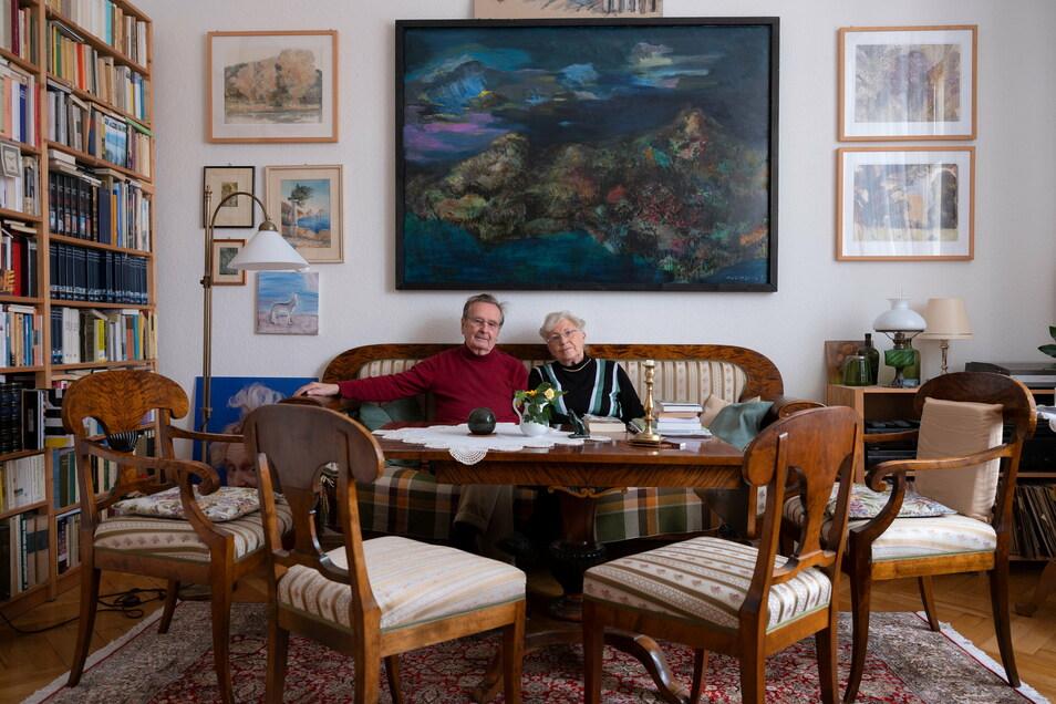 Dieter und Rosemarie Seidlitz, 86 und 83 Jahre alt, trotzen der Corona-Zeit in ihrer Dresdner Wohnung mithilfe von guten Büchern.