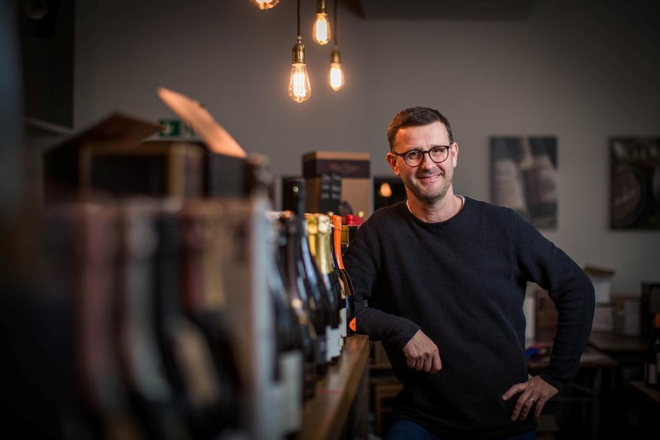 Jens Pietzonkas Weinzentrale Dresden hat schon geselligere Abende gesehen, als es seit Corona möglich ist. Seine rund 400 Weine hält er trotzdem für Genießer bereit.