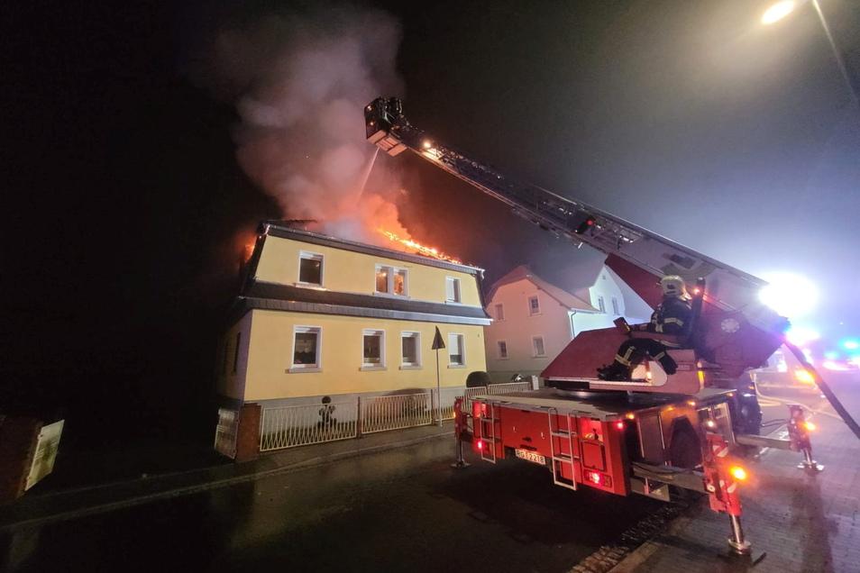 Als die Feuerwehr an der Auenwaldstraße ankam, stand der Dachstuhl bereits voll in Brand.