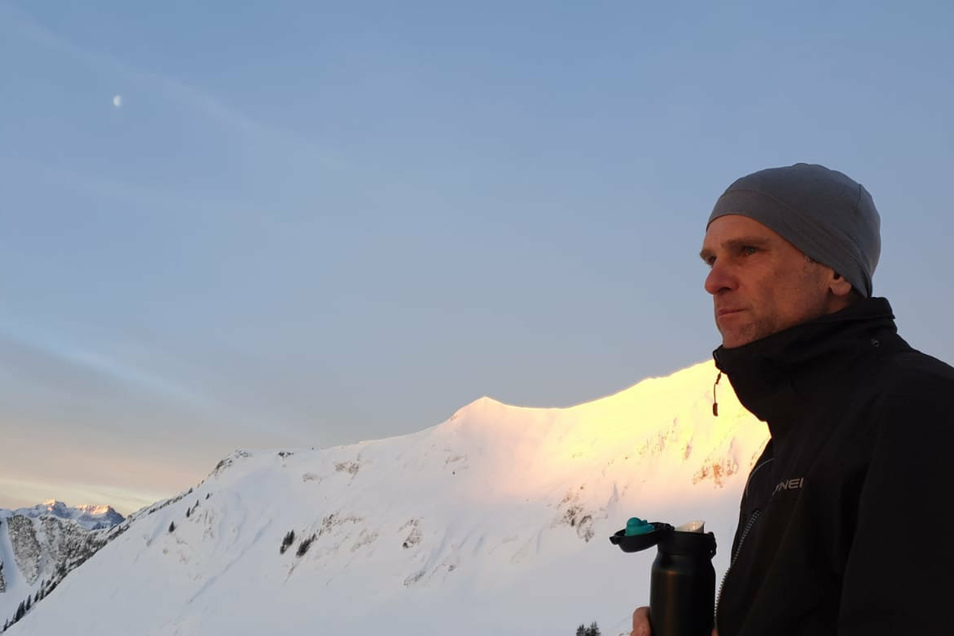 Immer sportlich unterwegs: Alexander Klerch genießt bei einer Skitour am Achensee den Sonnenaufgang über der Tiroler Bergwelt.