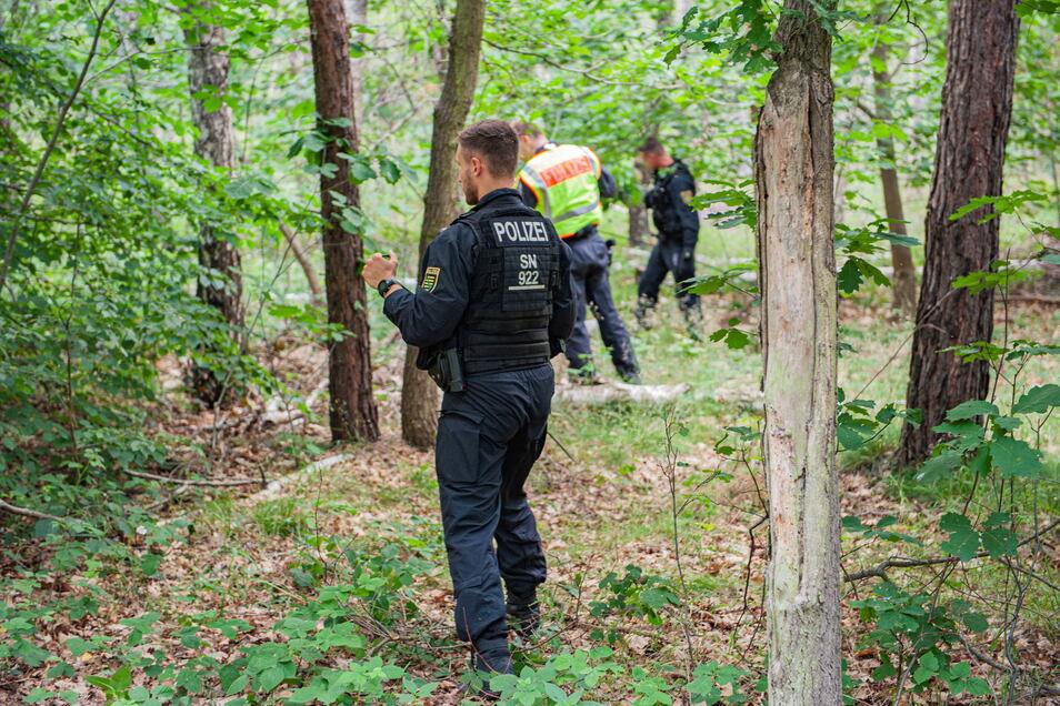 Ermittler suchten im Juni vergangenen Jahres zwischen Medessen und Zottewitz nach Spuren eines Tötungsdelikts. Nun müssen sich vier Großenhainer vor dem Landgericht in Dresden verantworten.