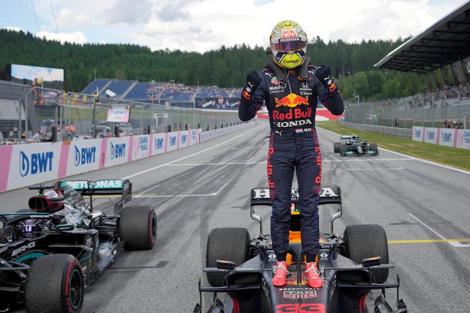 Einsam feiert Max Verstappen seinen Sieg beim Rennen im österreichischen Spielberg. Die Konkurrenz ließ lange auf sich warten.