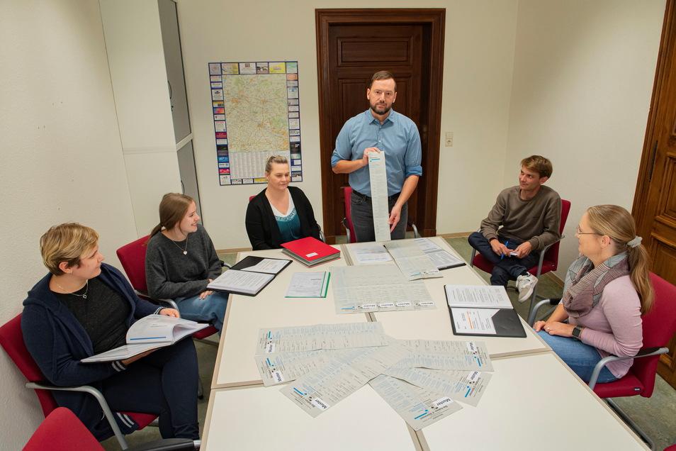 Gut vorbereitet: Großenhains Wahlleiter Silvio Ihle (stehend) schult hier die Wahlhelfer Lisa Apitz , Annika Winkler, Anke Brekow, Alexander Erke und Annett Purl.