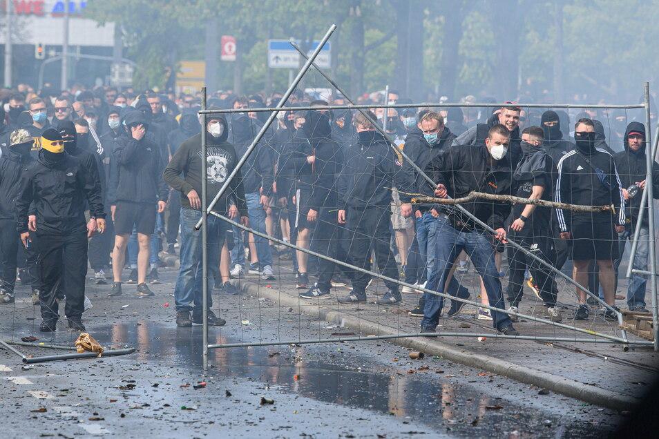 Nach Dynamos Aufstieg eskaliert die Lage. Stundenlang werden die Polizisten von gewaltbereiten Fans attackiert.