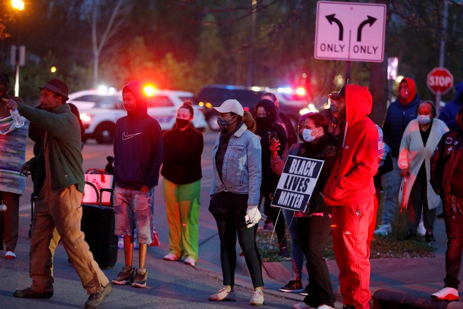 Eine Menschenmenge versammelt sich in Columbus, um in der Nachbarschaft zu protestieren, in der ein Polizeibeamter ein jugendliches Mädchen erschossen hat.