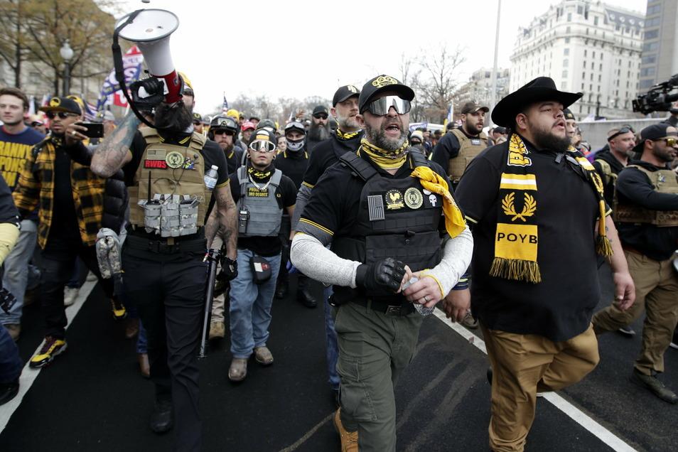"""Anhänger der """"Proud Boys"""" marschierten im Dezember auf der Freedom-Plaza in Washington. Die rechtsradikale Gruppe zählt zu den Unterstützern von US-Präsident Donald Trump."""
