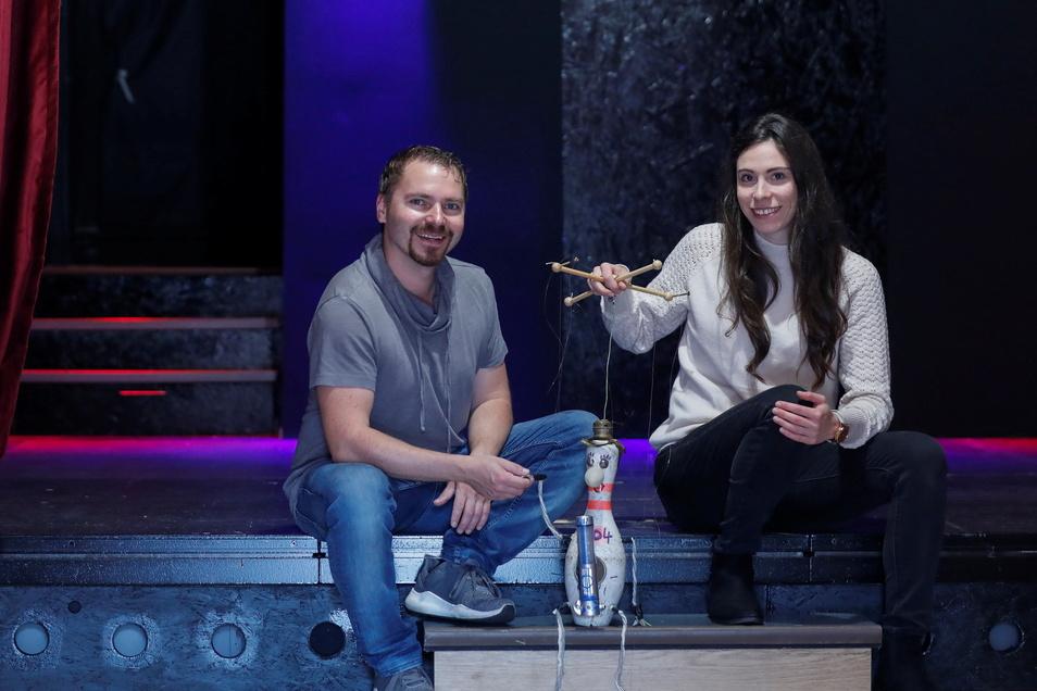 Daniel Elias Böhm und Nicole Thuß auf der neuen Kleinkunstbühne in ihrer Bowlingbar an der Rathenaustraße in Zittau.