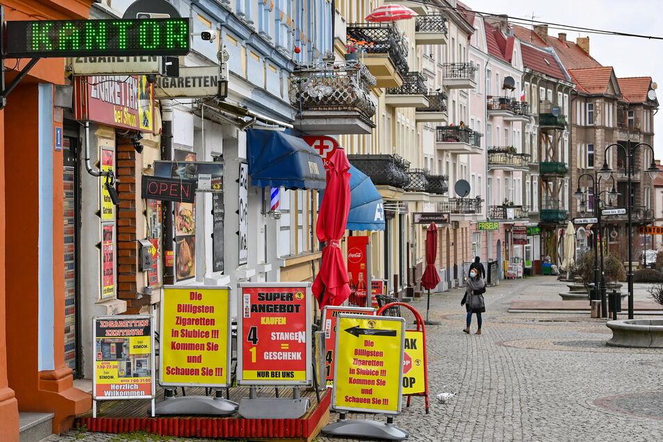 Eine Einkaufsstraße nahe dem Grenzübergang Stadtbrücke zwischen dem polnischen Slubice und Frankfurt (Oder) in Brandenburg. Wer dort hin will, braucht einen negativen Test.