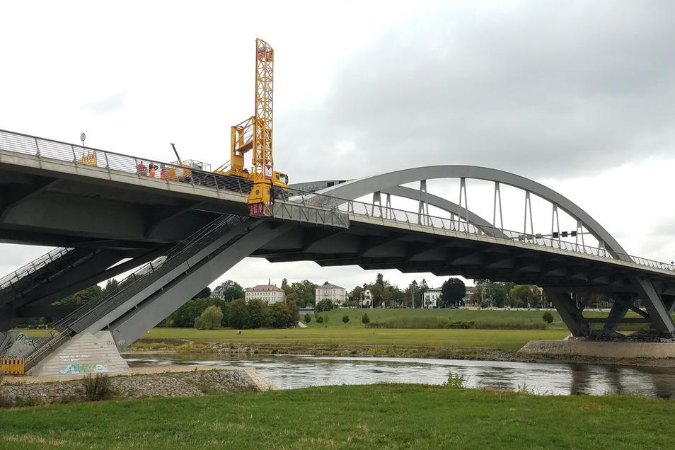 Mit diesem Untersichtgerät kommen die Baufachleute unter die Waldschlößchenbrücke, um dort kleinere Schäden beseitigen zu können.