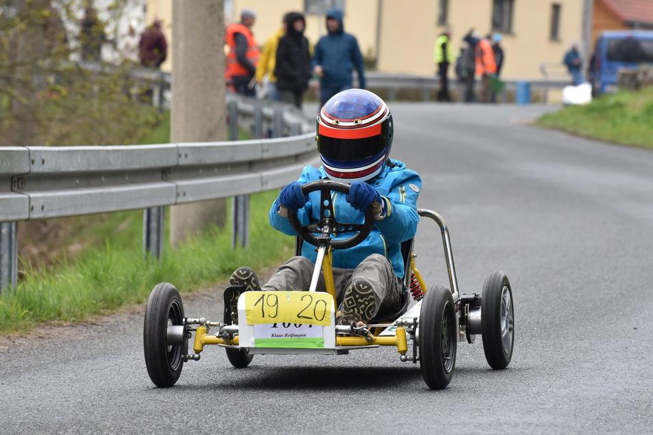 Am Testlauf für die EM im Seifenkistenrennen beteiligten sich 24 Fahrer, in kurzen Abständen den Berg Richtung Freital herunterrollten.