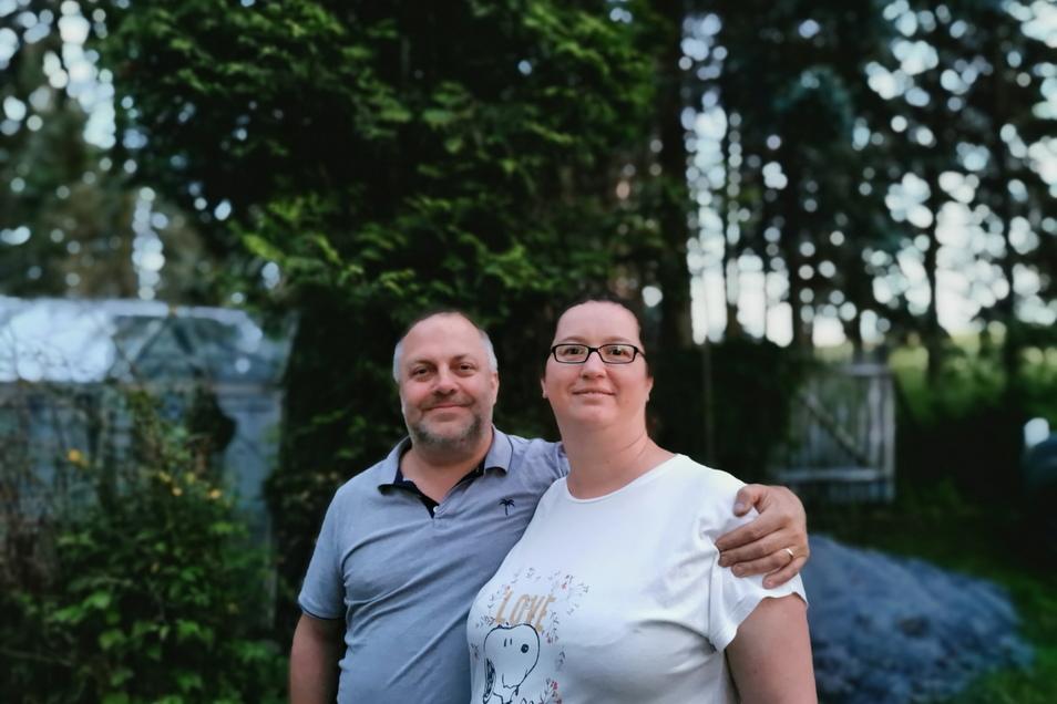 Thomas Renner und seine Lebensgefährtin Sandra Tomschke sind stolze Gartenbesitzer. Seit ein paar Wochen leben dort auch sechs Waldohreulen. Abends in der Dämmerung sind sie meistens zu sehen und zu hören.
