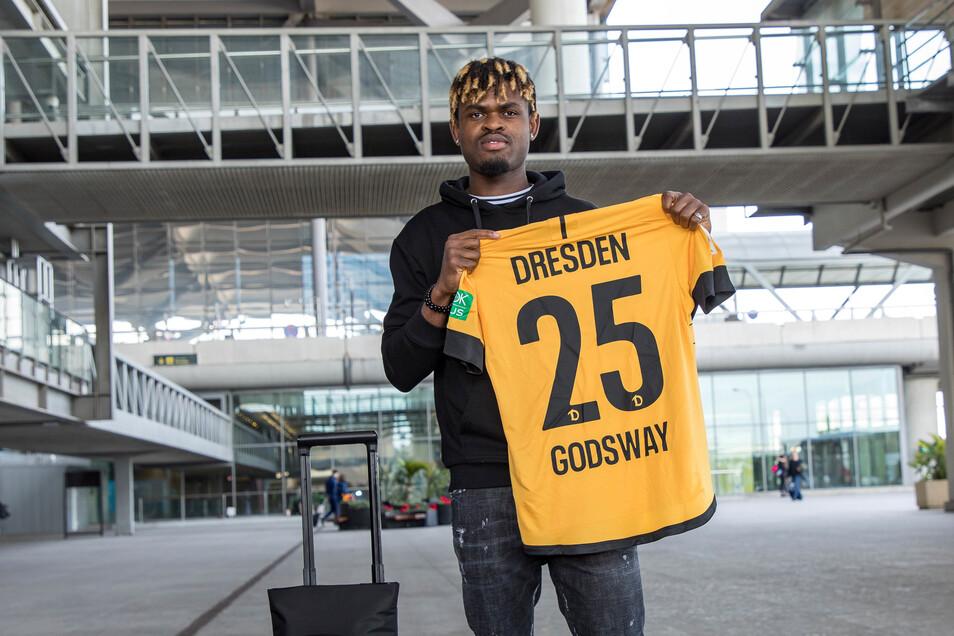 Dynamos neuer Stürmer Godsway Donyah mit seinem neuen Trikot am Flughafen.