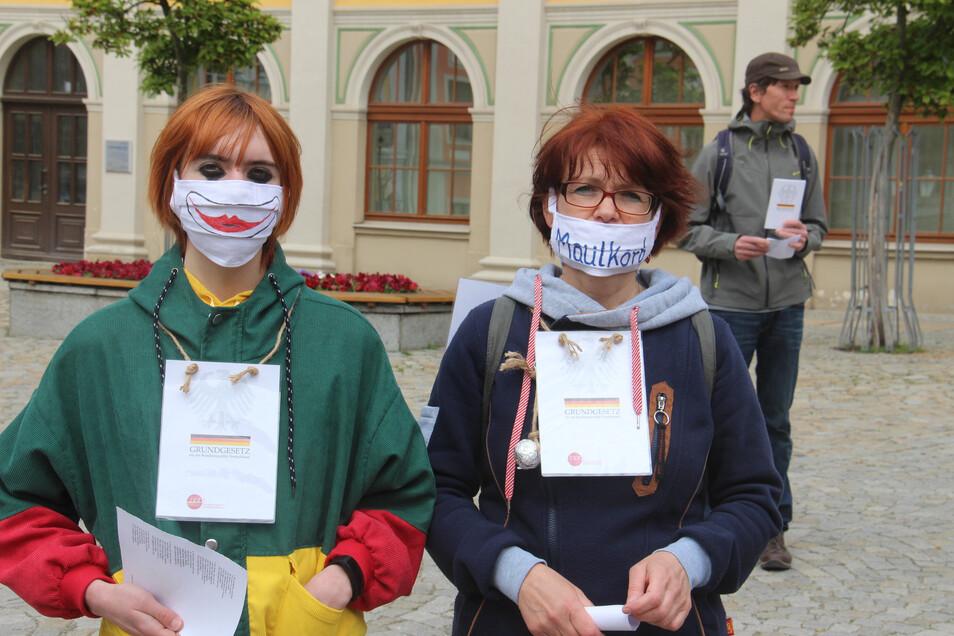 Mit gestalteten Mundmasken und dem Grundgesetz um den Hals nahmen diese beiden Frauen an der Demo teil.