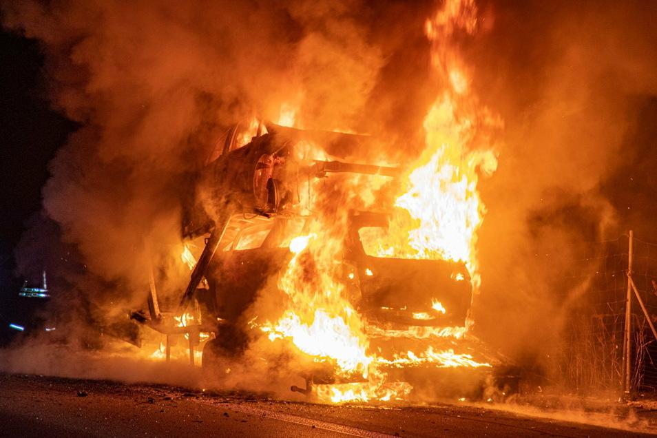 Lichterloh brannte am Freitagabend auf der A 4 zwischen Ohorn und Burkau ein polnischer Lkw. Die Autobahn in Richtung Bautzen war stundenlang gesperrt.