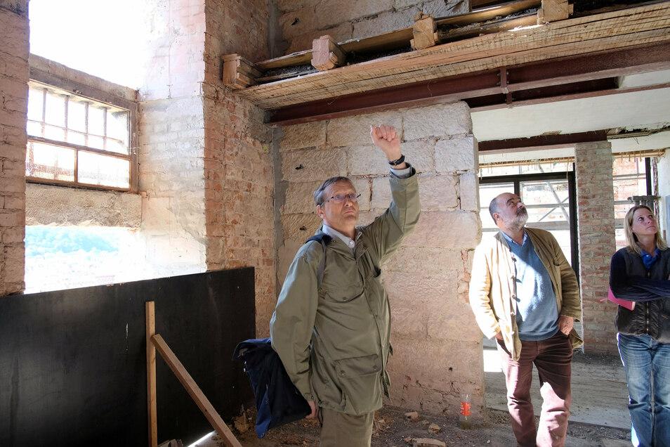 Architekt Matthias Förster (links) beim Rundgang mit dem Bauherrn Georg Spiegelfeld.