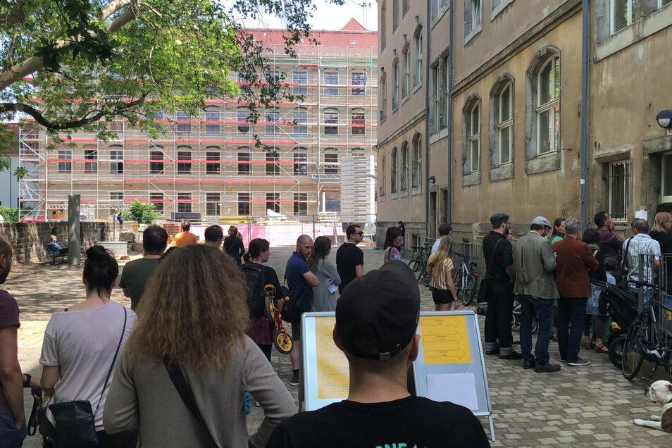 Wie hier in der Dresdner Neustadt bildeten sich mitunter lange Schlangen in den Wahlbüros.