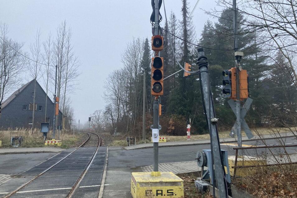 Mit der den Gleisen zugewandten Signalanlage kann der Lokführer kontrollieren, ob der Bahnübergang gesichert ist.