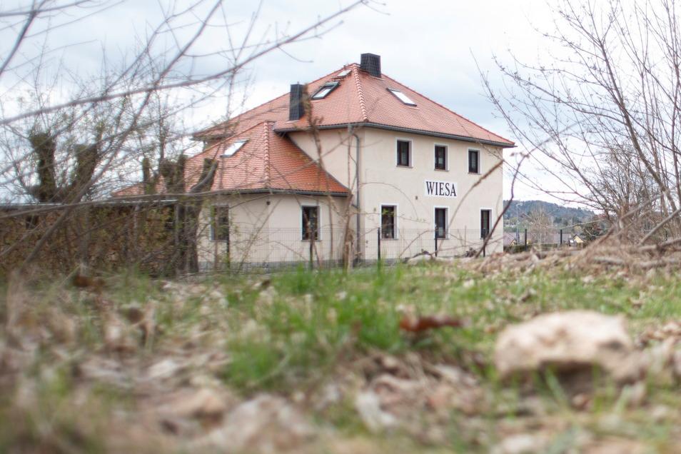 Hinter dem früheren Bahnhof im Kamenzer Ortsteil Wiesa sollen Eigenheime entstehen. Baustart für die Erschließung soll im Frühjahr oder Sommer 2022 sein.