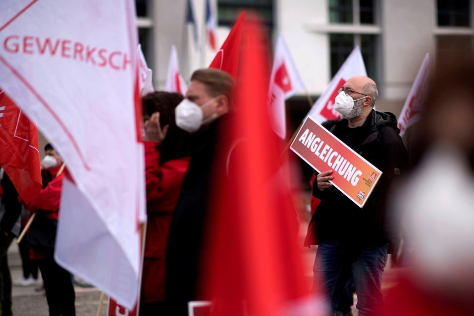 Wie hier in Berlin forderten Metaller am1. Mai die Ost-West-Angleichung bei Arbeitsbedingungen. Sachsens Metall- und Elektroindustrie zählt rund 1.700 Unternehmen. In 140 Betrieben gelten Flächentarif-, Haus- oder Anerkennungsverträge.
