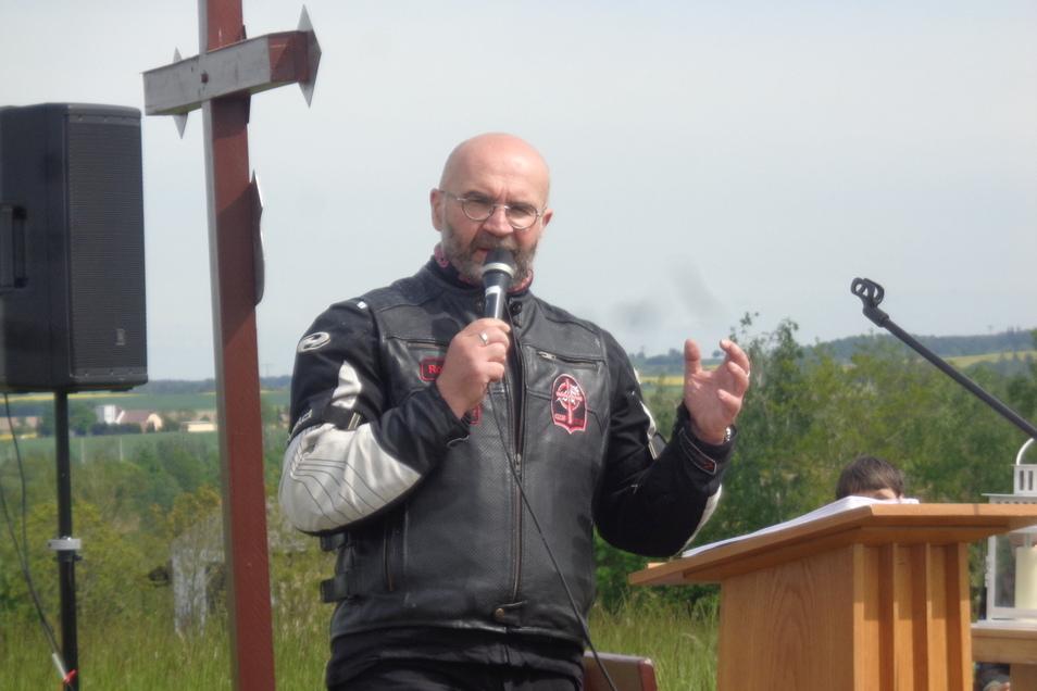 Roberto Jahn ist Biker-Pastor bei den Christlichen Motorradfahrern in Sachsen. Aus Marienberg kam er zum Gottesdienst nach Kottewitz - natürlich mit dem Motorrad.