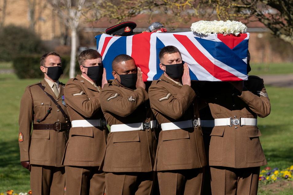 Britische Streitkräfte tragen den Sarg von Kapitän Sir Thomas Moore (Captain Tom), der an den Folgen einer Corona-Infektion gestorben ist, während seiner Beerdigung im Krematorium von Bedford.