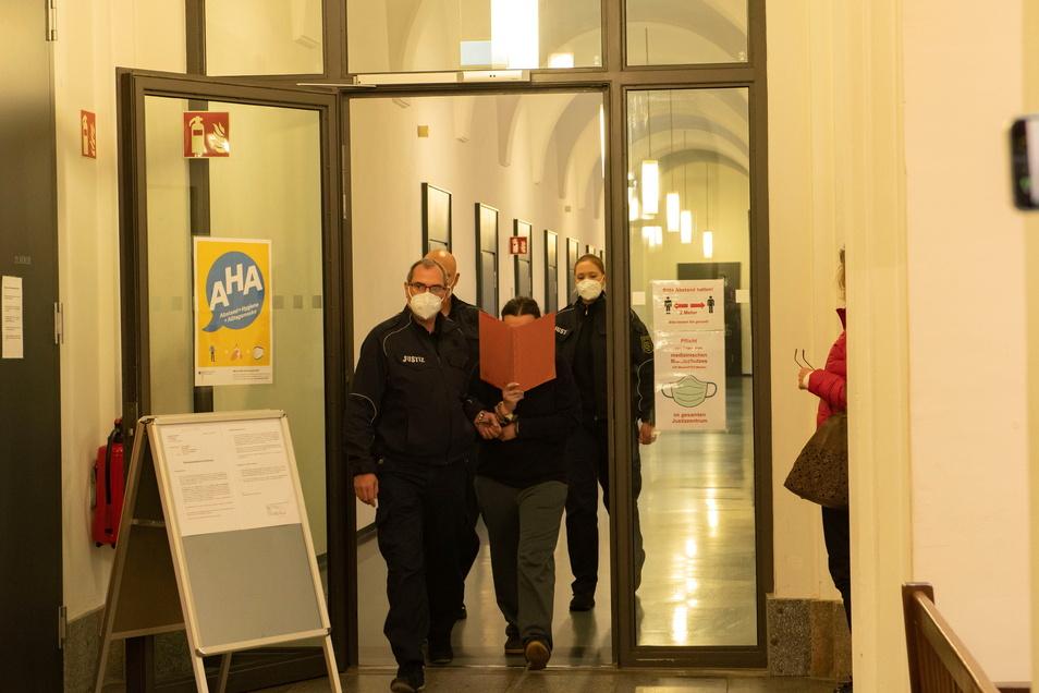 Seit Mai läuft am Landgericht Dresden die Hauptverhandlung gegen vier Angeklagte aus Großenhain. Stefanie W., damalige Ehefrau des im Juni 2020 getöteten Opfers, wurde schwer belastet