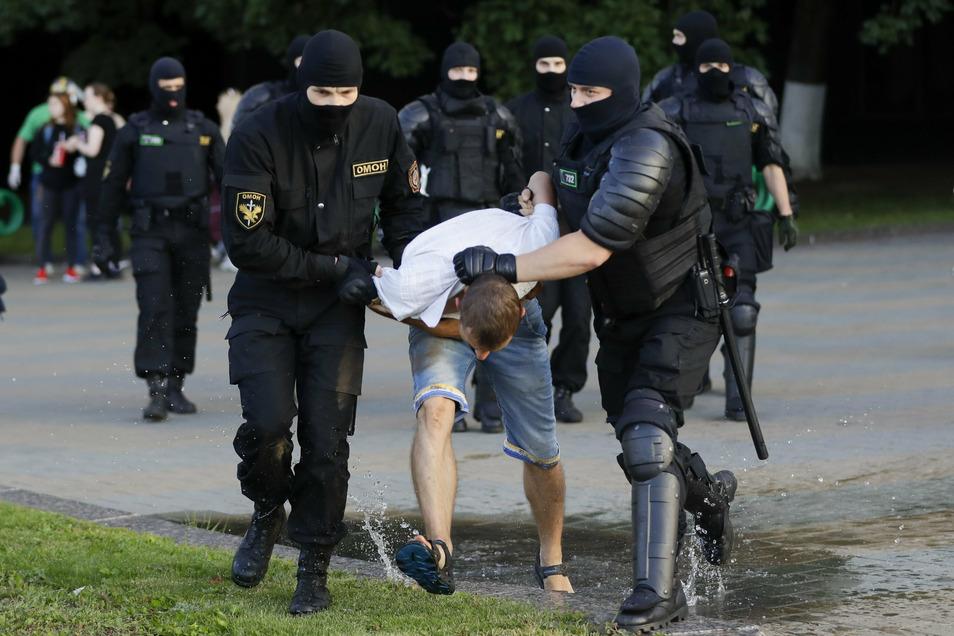 Die Polizei verhaftet in Minsk einen Demonstranten während eines Massenprotests nach den Präsidentschaftswahlen in Belarus.