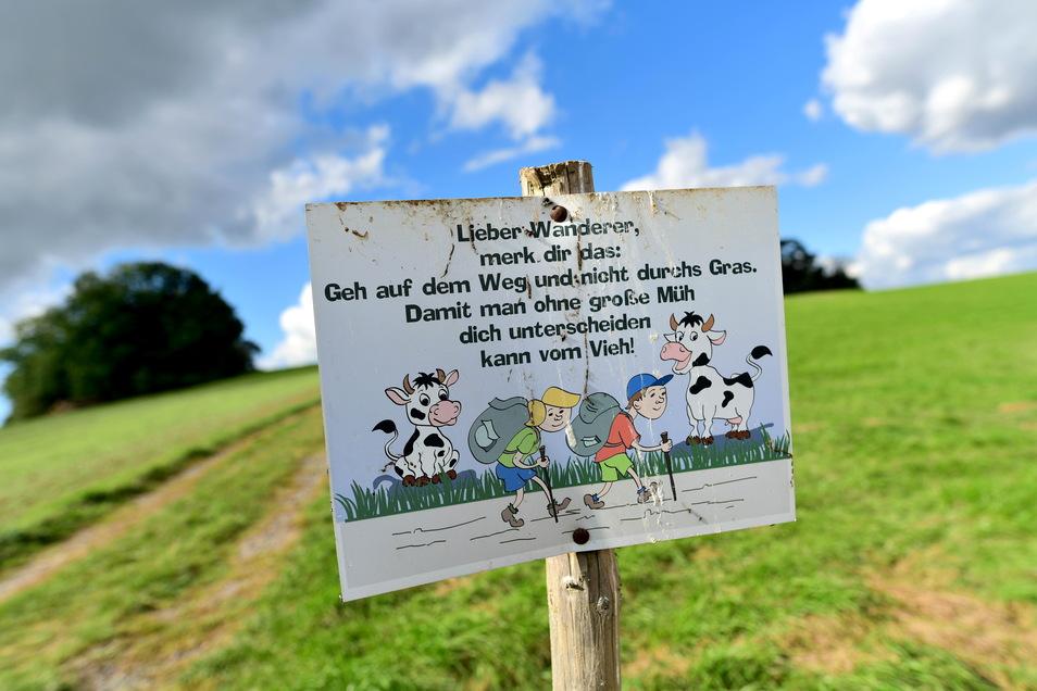 Mit einem Augenzwinkern und diesem Schild bitten die Spitzkunnersdorfer Landwirte, nicht einfach übers Grünland zu laufen oder den Hund dort auszuführen.