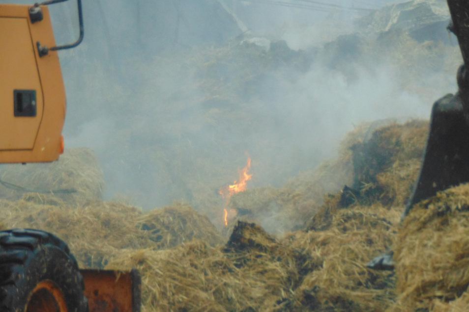 Immer wieder flammte der Brand in dem ausgelagerten Heu einer Scheune in Wiednitz auf.