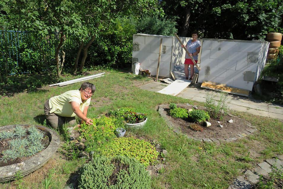 Kerstin Bähr (links) organisiert auch Kräuterführungen im Tafelgarten. Derzeit entsteht ein neues, grünes Klassenzimmer. Das freut auch Einrichtungsleiterin Madlen Krenz. (rechts)