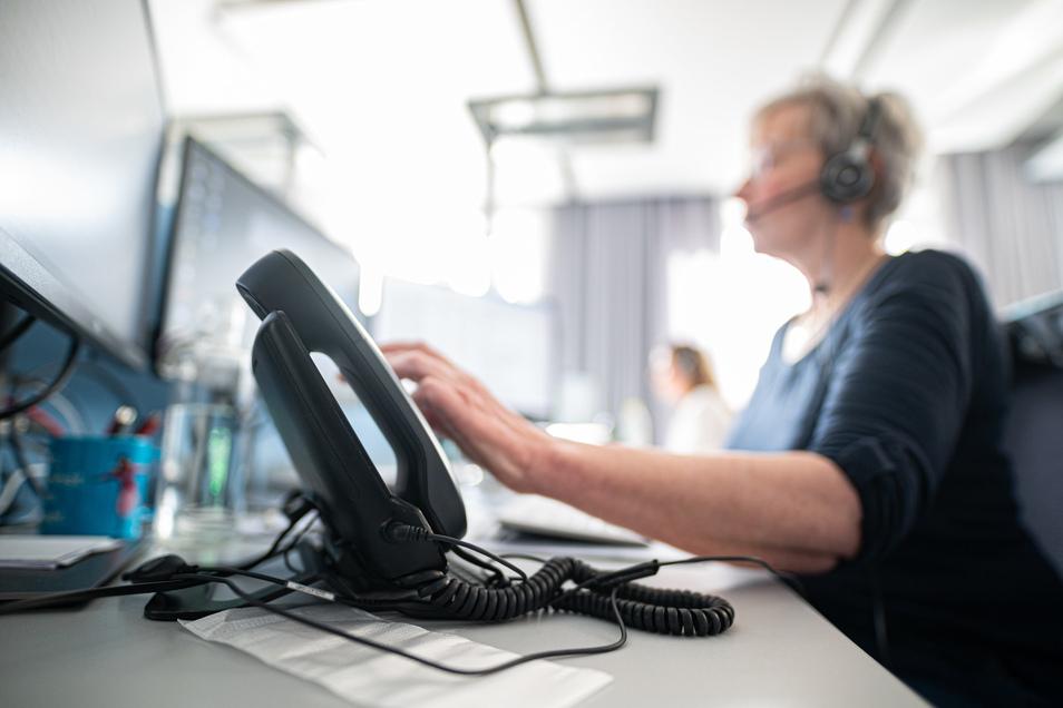 Per Telefon wird über Quarantäne informiert (Symbolbild). Das Team im Landratsamt wächst.
